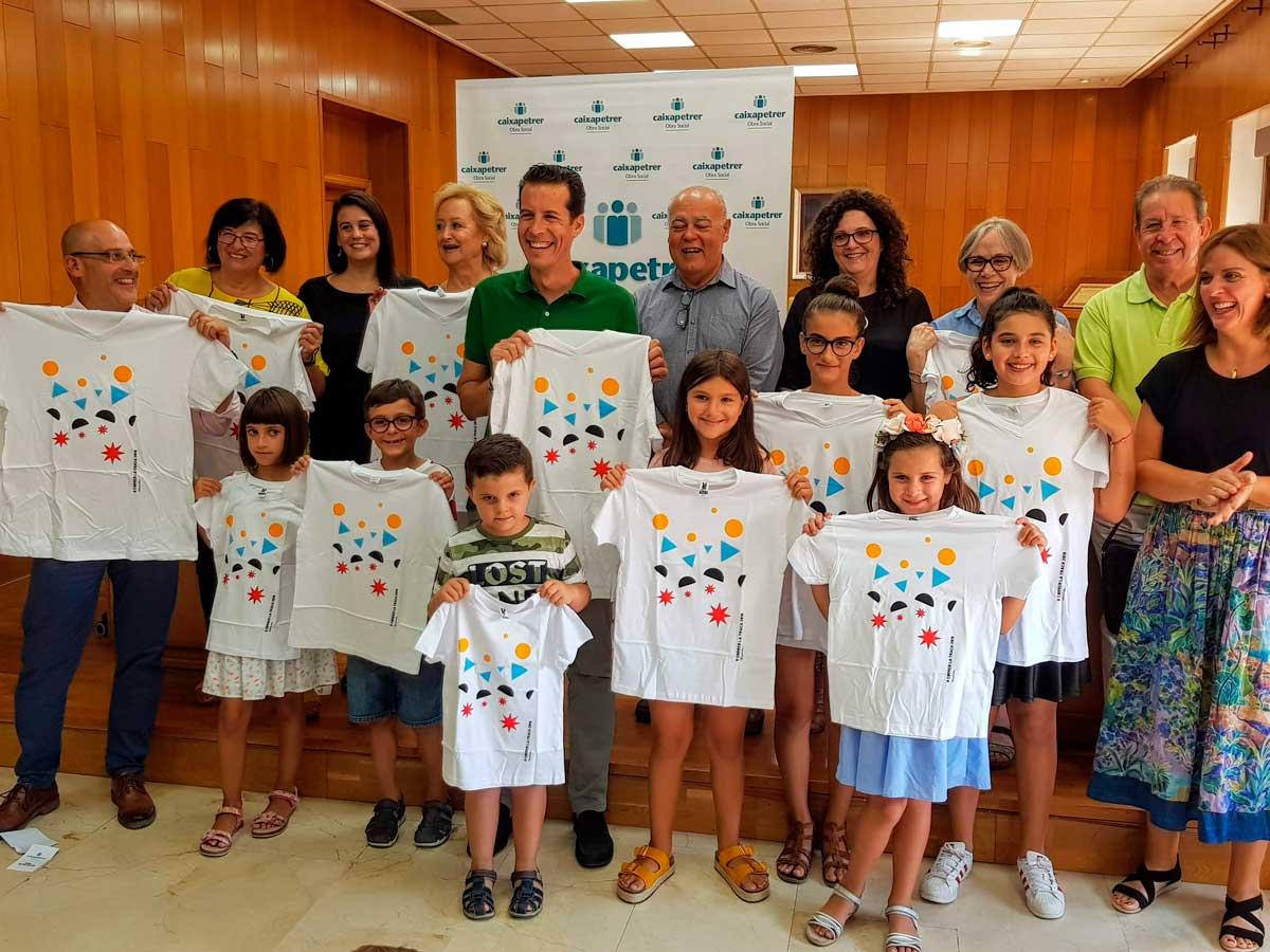 entrega de camisetas a los niños y niñas ganadores del concurso de dibujo y narrativa de los Santos Patronos.