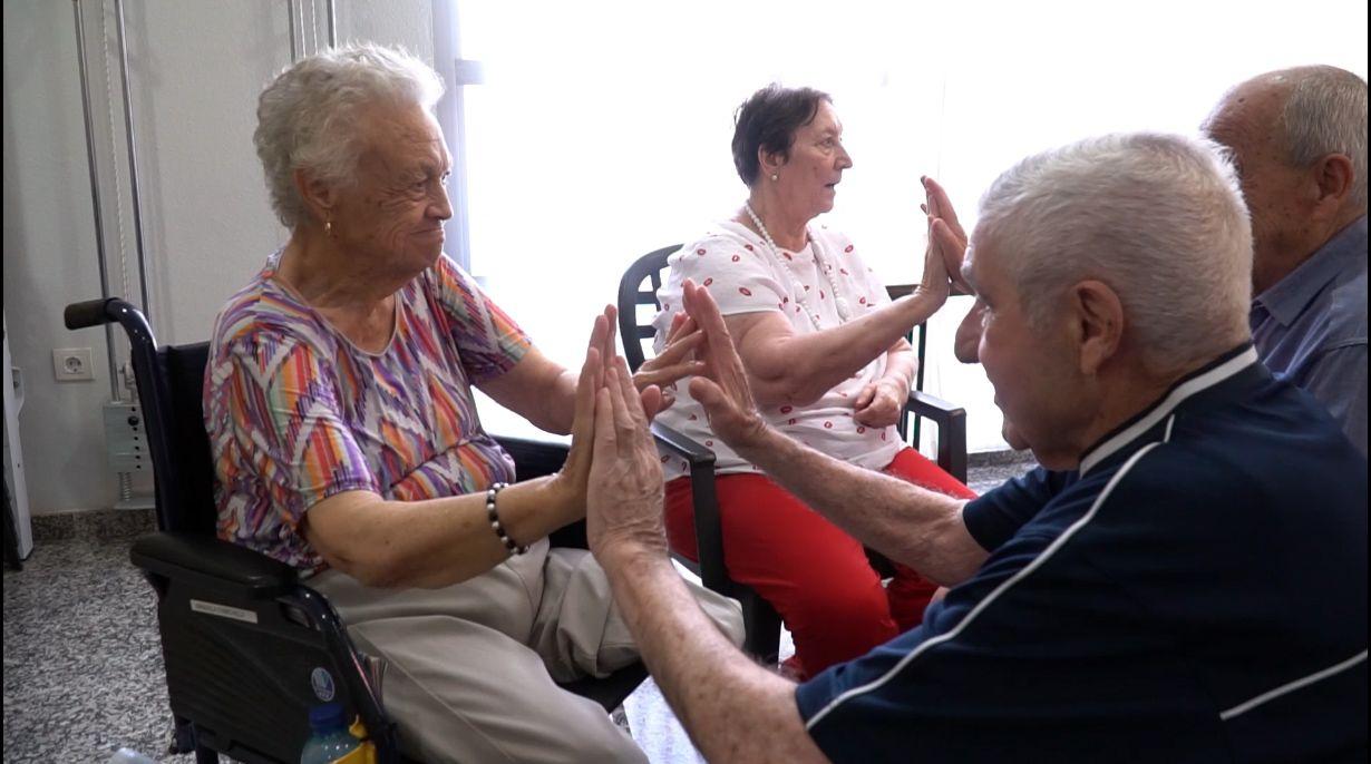 Las personas mayores se ejercitan mediante el movimiento y la música - La Molineta