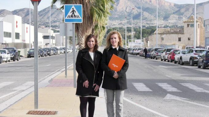 Silvia Ibáñez, concejala de Industria, y Beatriz Miralles, directora general de Cableworld