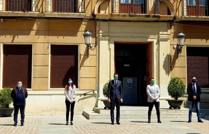 El Ayuntamiento de Elda se ha sumado con este gesto al luto oficial de diez días declarado por el Gobierno de España.