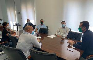 El alcalde de Elda, Rubén Alfaro, ha mostrado hoy su apoyo al personal de la contrata de mantenimiento del Hospital de Elda