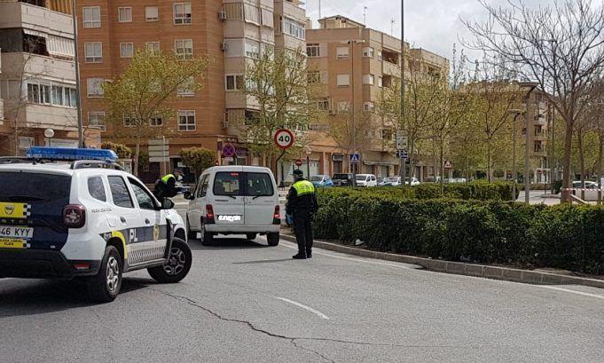 Los agentes de la Policía Local de Elda impusieron el pasado fin de semana las primeras sanciones por no utilizar mascarilla en la vía pública.