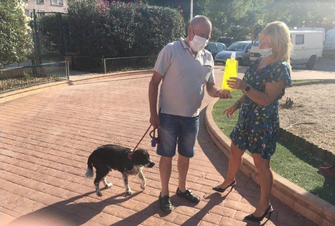 El ayuntamiento de Petrer repartirá botellas para diluir el orín de perros