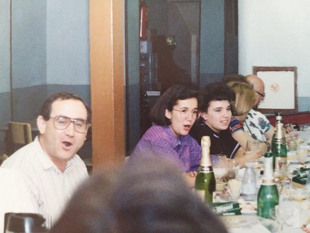 Celebrando el fin de curso del coro parroquial, en primer plano Tino Cabedo y Paqui Reig. Año 1988.