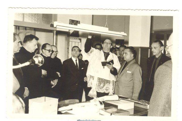 El vicario general de la diócesis Orihuela-Alicante, D. Modesto Díaz, bendijo la biblioteca. 25-X-1964. Foto Pérez.