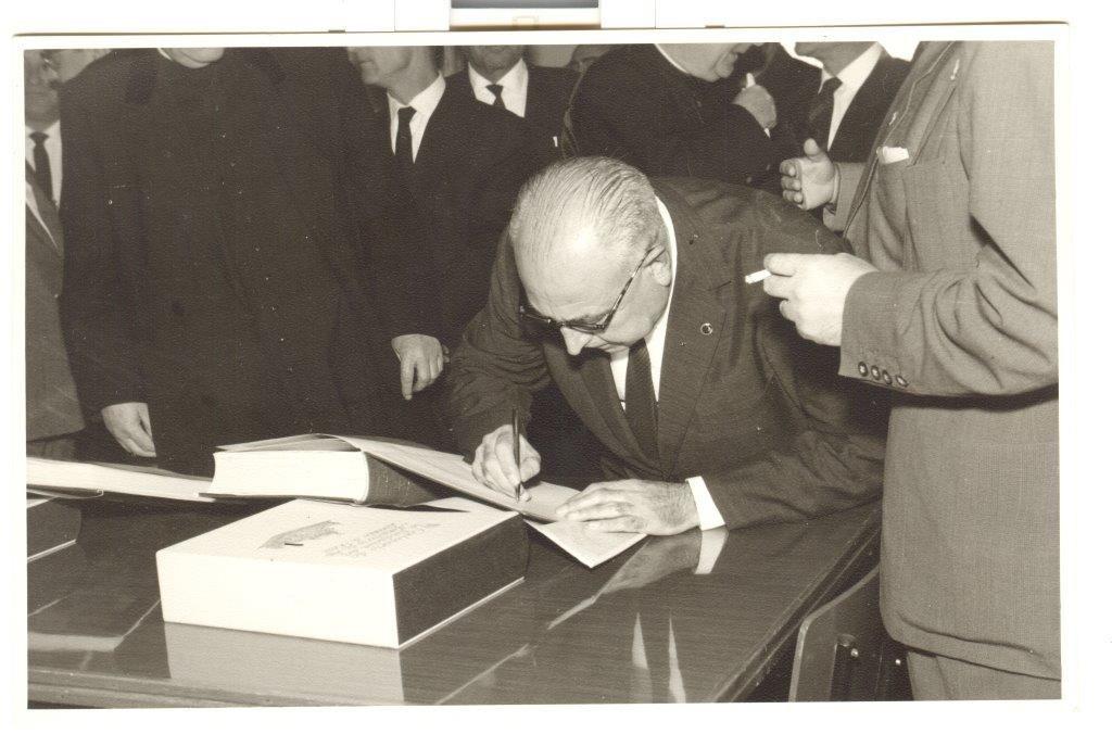 El alcalde firmando en el libro conmemorativo de la inauguración. 25-X-1964. Foto Navarro.