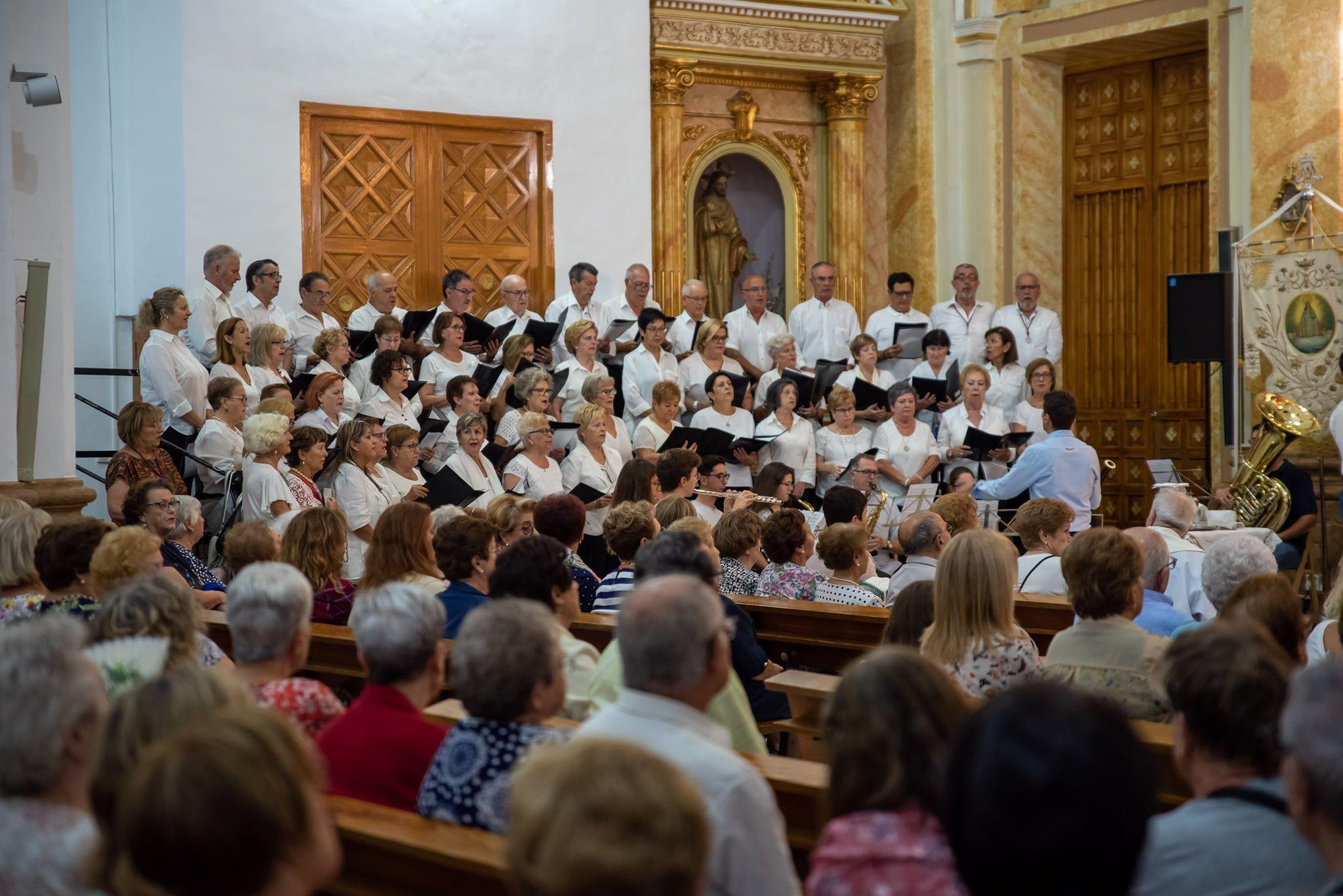 La Coral cantando a la Virgen. Foto: Abraham de la Rosa