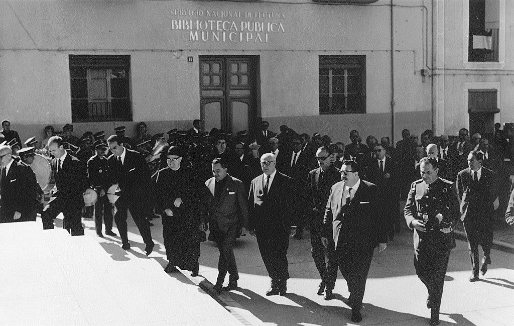 Las autoridades se dirigen al templo parroquial, tras la misa se inauguró la biblioteca. 25-X-1964.