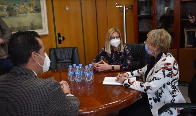 Ana Barceló se ha reunido en el Ayuntamiento de Petrer con los alcaldes de las dos ciudades para explicarles la situación epidemiológica.