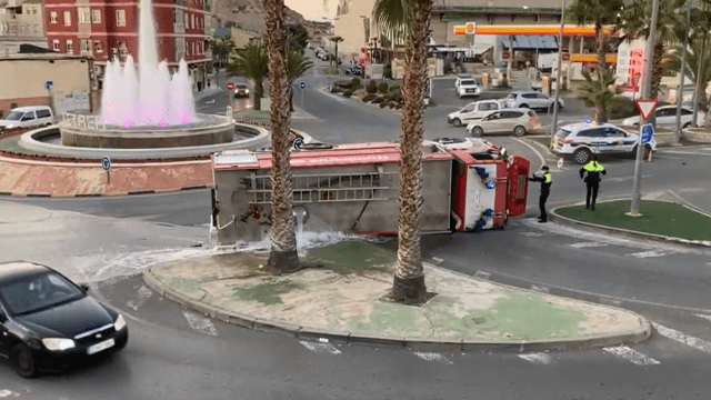 Vuelca camión de Bomberos en Petrer