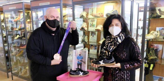 Donación de zapatillas de Silvia Navarro (portera de balonmano) al Museo del Calzado de Elda
