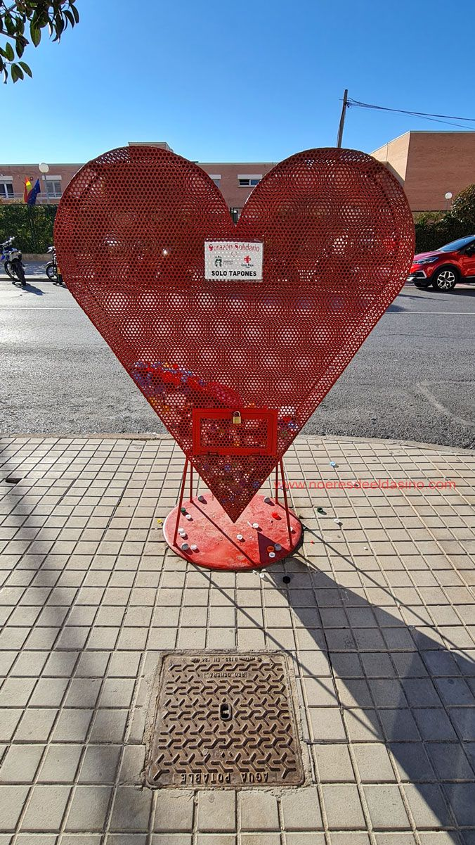"""Contenedores de """"corazones solidarios"""""""