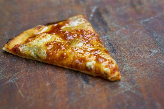 Cómo recalentar la pizza con una sartén