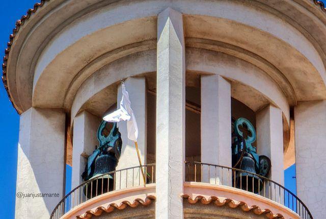 Bandera blanca en la iglesia parroquial de la Inmaculada de Elda