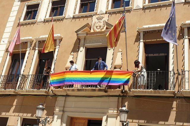 Colocación de la bandera arco iris en el balcón consistorial
