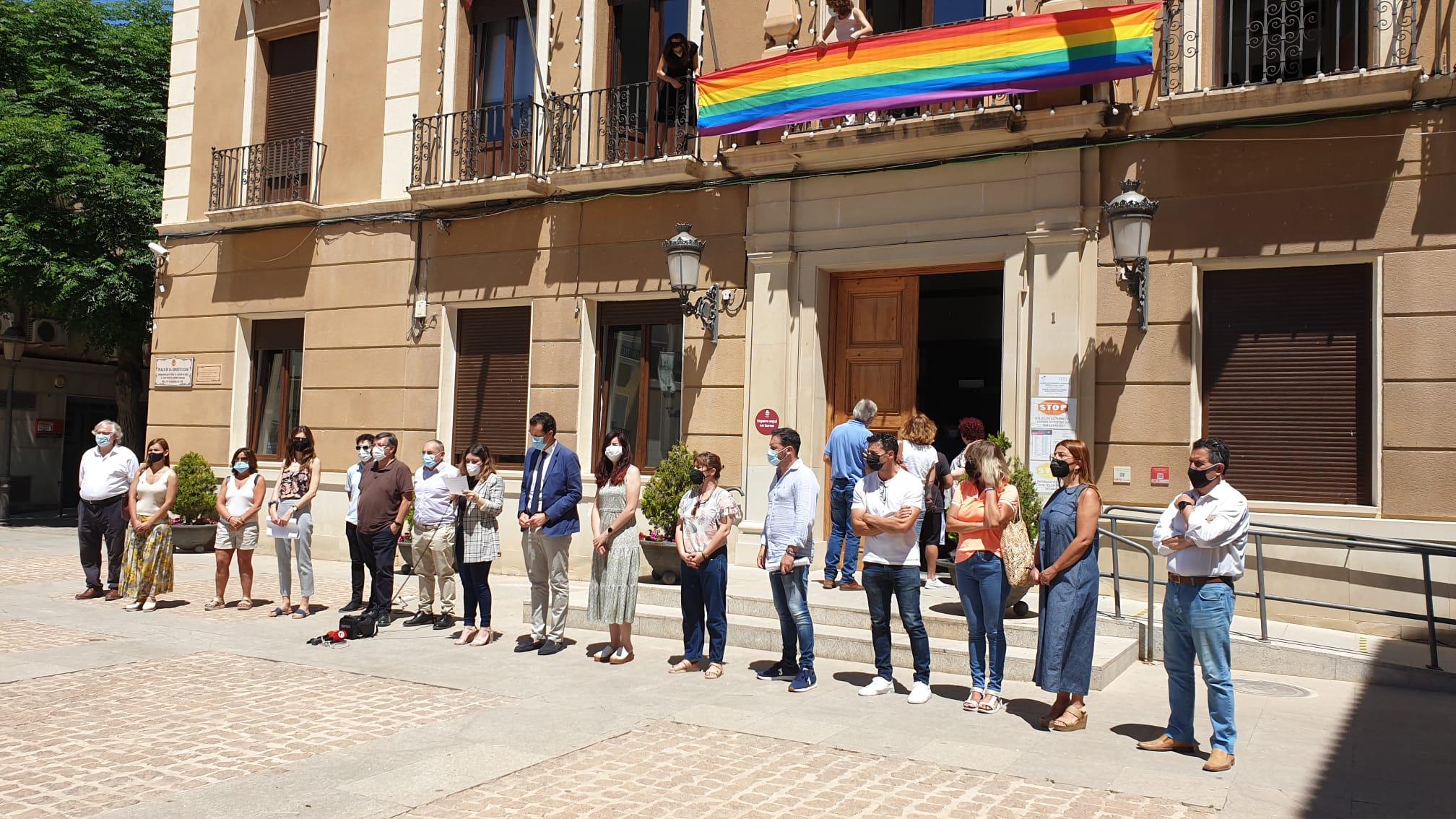 La concejala de Diversidad, Anabel García, se ha encargado de leer un manifiesto que reivindica el respeto de los derechos fundamentales.