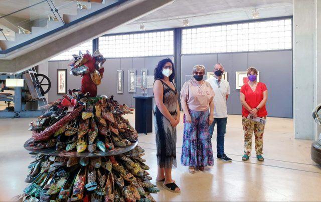 Pintura y escultura realizada con zapatos reciclados