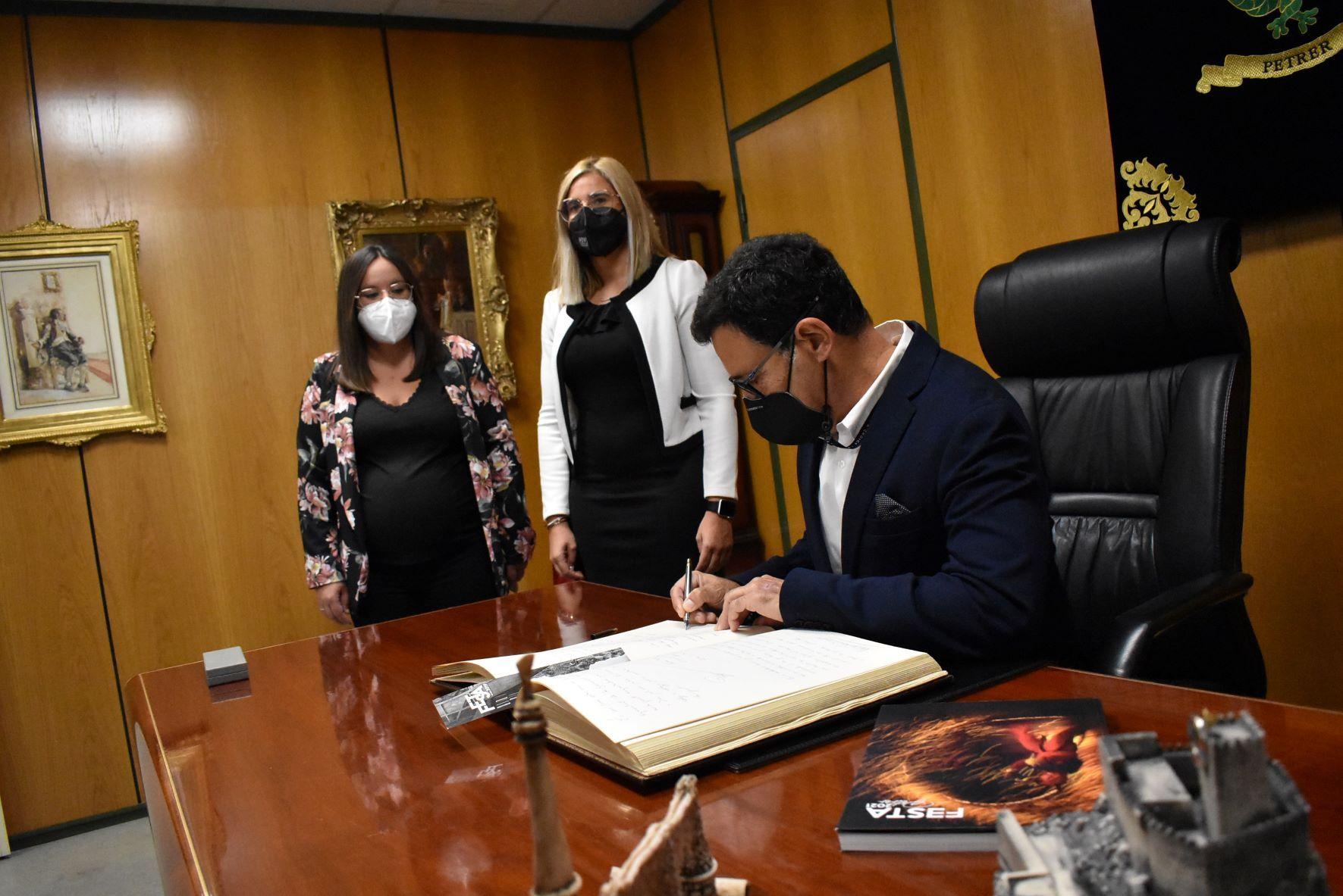 El pregonero fue recibido en alcaldía, donde firmó en el libro de honor del Ayuntamiento de Petrer